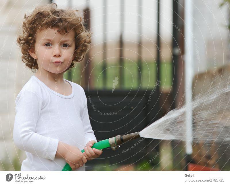 bezaubernder Junge, der die Pflanzen gießt. schön Leben Spielen Kind Mensch Baby Kleinkind Familie & Verwandtschaft Kindheit Dürre blond klein unschuldig
