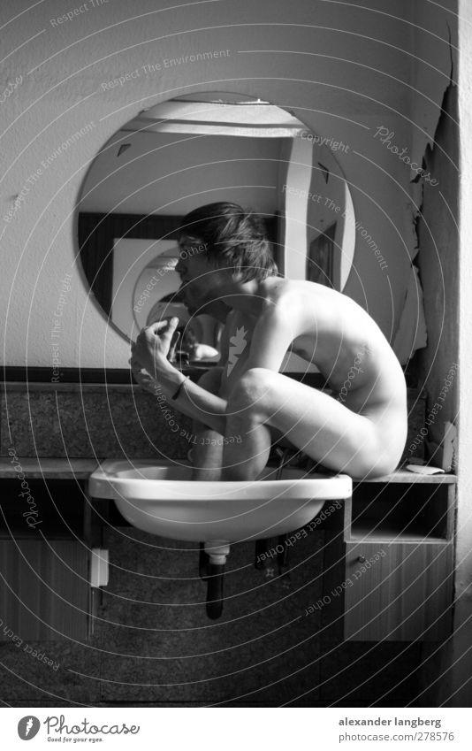 der nackte frisör schön ruhig Erwachsene nackt 18-30 Jahre maskulin einzeln Bad dünn Männlicher Akt bizarr Waschen Spiegelbild Waschbecken 1 Mensch Fußbad