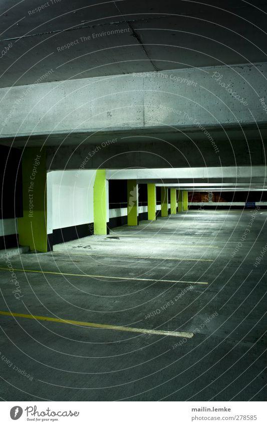 Parkhaus Stadt weiß schwarz gelb dunkel kalt dreckig bedrohlich eckig Parkhaus