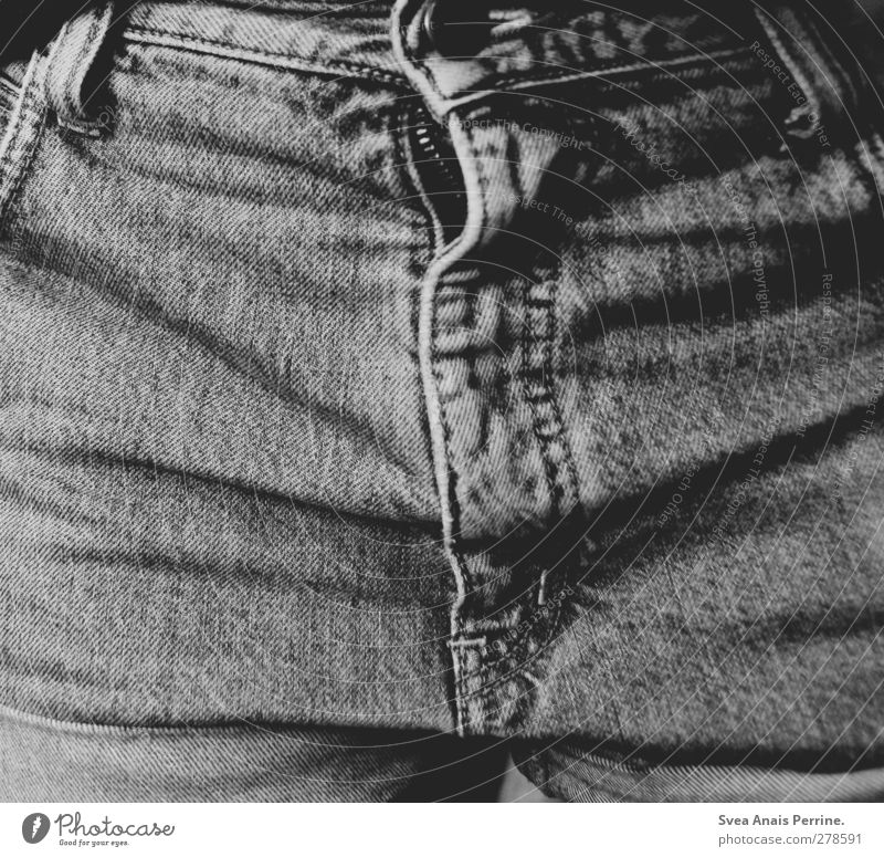 Jeans. Junge Frau Jugendliche 1 Mensch 18-30 Jahre Erwachsene Mode Jeanshose Reißverschluss Falte Hosenschlitz Knöpfe Stoff Schwarzweißfoto Innenaufnahme