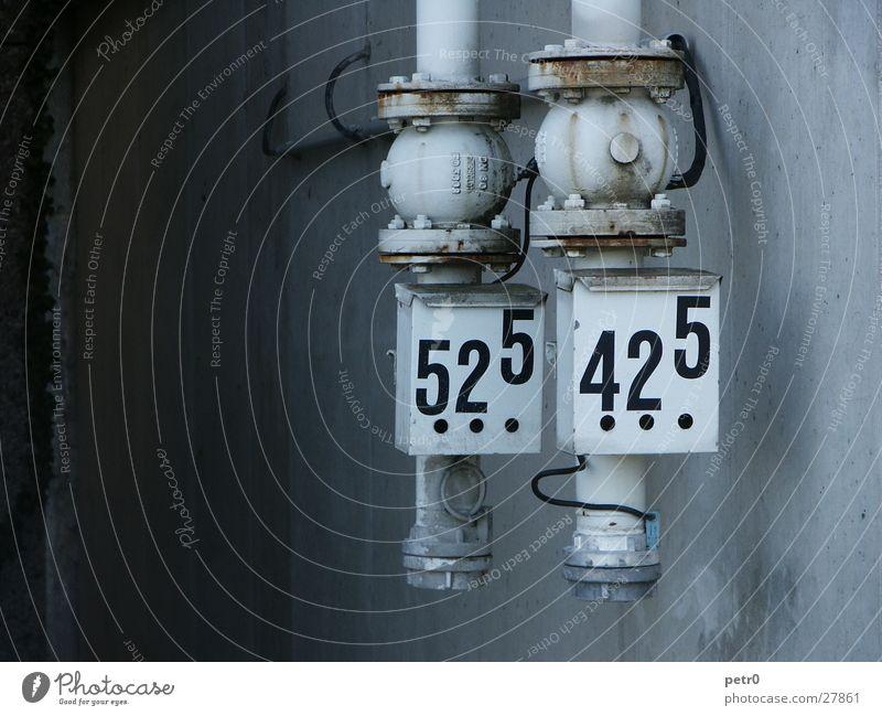 Pumpen Wand grau dunkel Schlauch Industrie Druck hell Ziffern & Zahlen