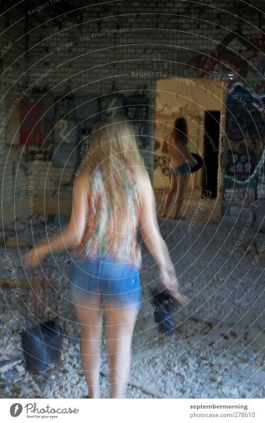 Innenaufnahme II Mensch Kind Jugendliche feminin Stein laufen stehen kaputt 13-18 Jahre
