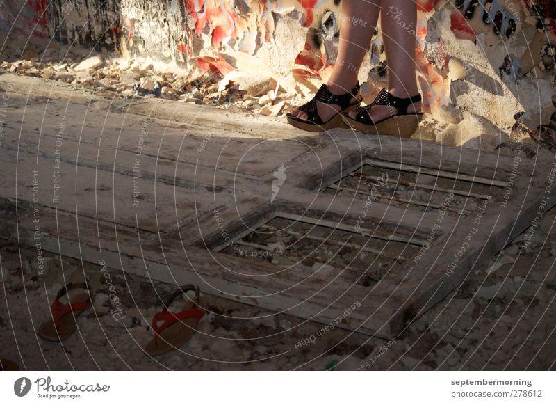gefallene Tür Stein Beine Schuhe dreckig Vergänglichkeit trocken Verfall Zerstörung