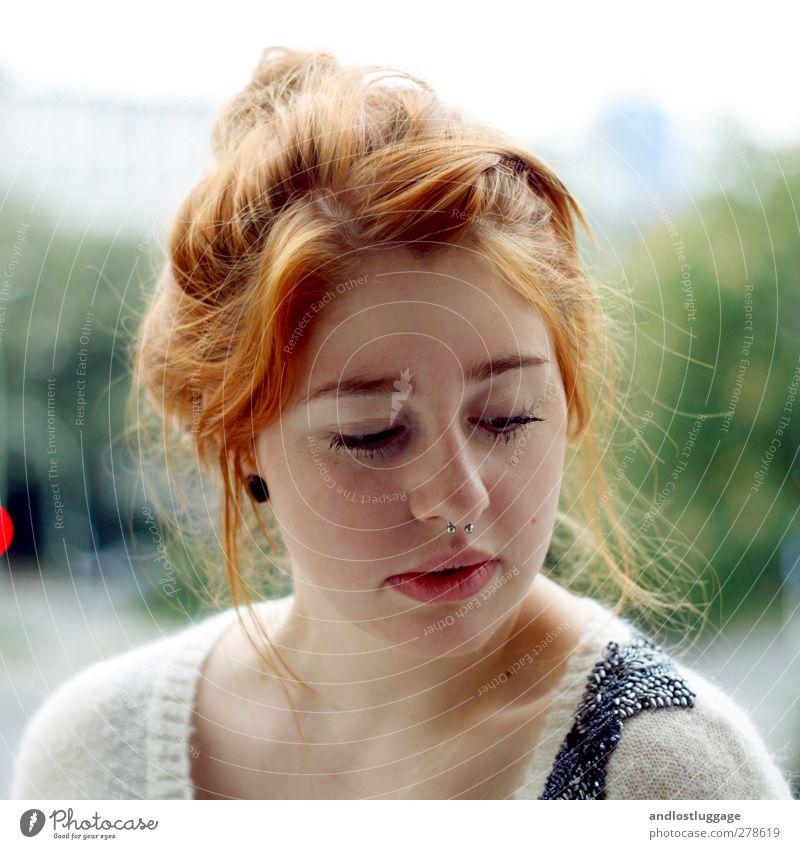 svea. Mensch feminin Junge Frau Jugendliche Haare & Frisuren Gesicht 1 18-30 Jahre Erwachsene rothaarig Scheitel Dutt Erholung Blick träumen trendy schön Sorge