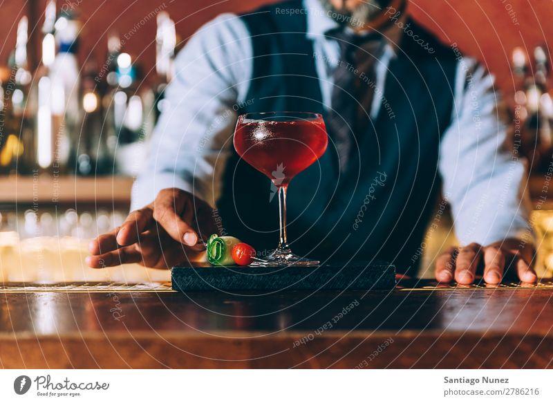 Barman macht Cocktails im Nachtclub. Schüttler Barmann Barkeeper Kellnern Mann rühren Mixologe Hinzufügen Alkohol Business Club trinken Flasche professionell