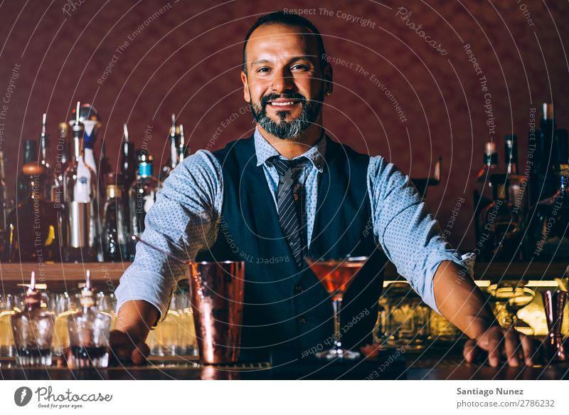 Barman macht Cocktails im Nachtclub, Barman macht Cocktails im Nachtclub. Schüttler Barmann Barkeeper Kellnern Mann Porträt Porträtmalerei rühren Mixologe