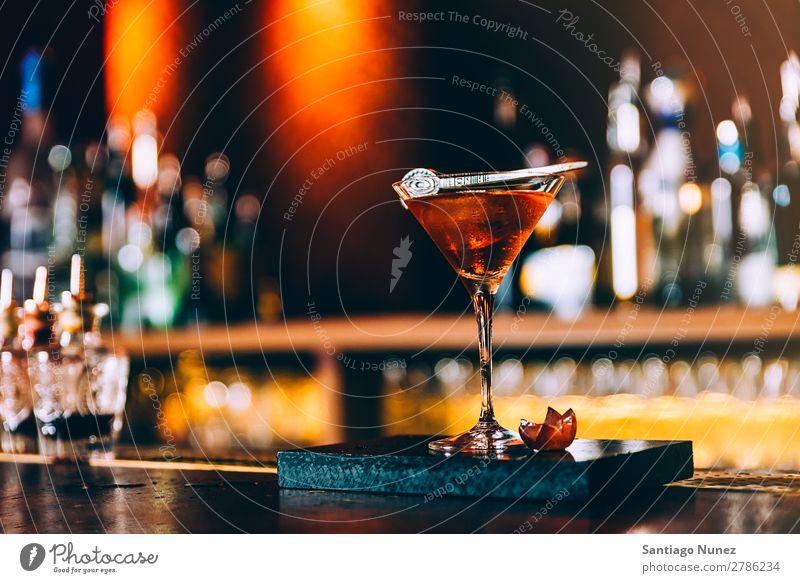 Cocktailgetränk im Nachtclub. Glas Farbe trinken Alkohol rot Getränk Bar Blut Mary Bluterin Rum Gin Hintergrundbild weltoffen Frucht Party kalt Erfrischung Saft