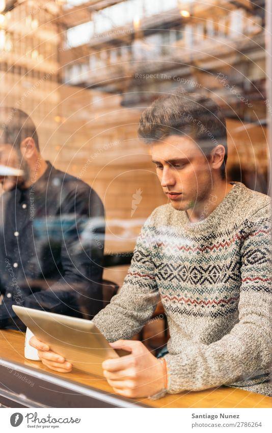Geschäftsmann mit seinem Laptop im Coffee Shop. Mann Kaffee Freundlichkeit Jugendliche Teamwork Mensch Lifestyle Business Mitteilung PDA Handy Mobile benutzend