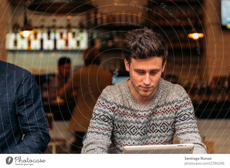 Geschäftsmann mit seinem Laptop im Coffee Shop. Mann Kaffee Freundlichkeit Porträt Jugendliche Mensch Lifestyle Business Mitteilung benutzend Computer Notebook