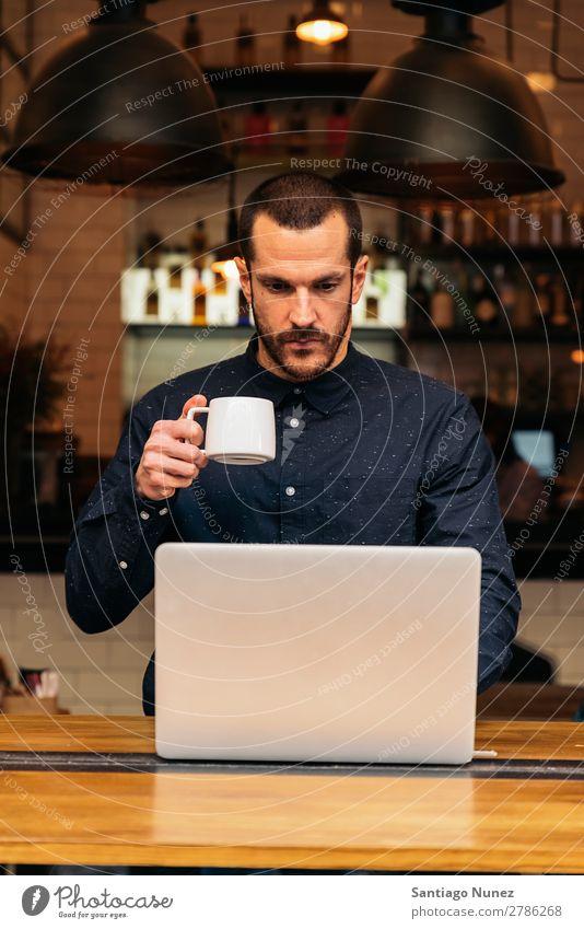 Geschäftsmann mit seinem Laptop im Coffee Shop Mann Kaffee freundlich Porträt jung Menschen Lifestyle Business Mitteilung Smartphone Funktelefon Mobile