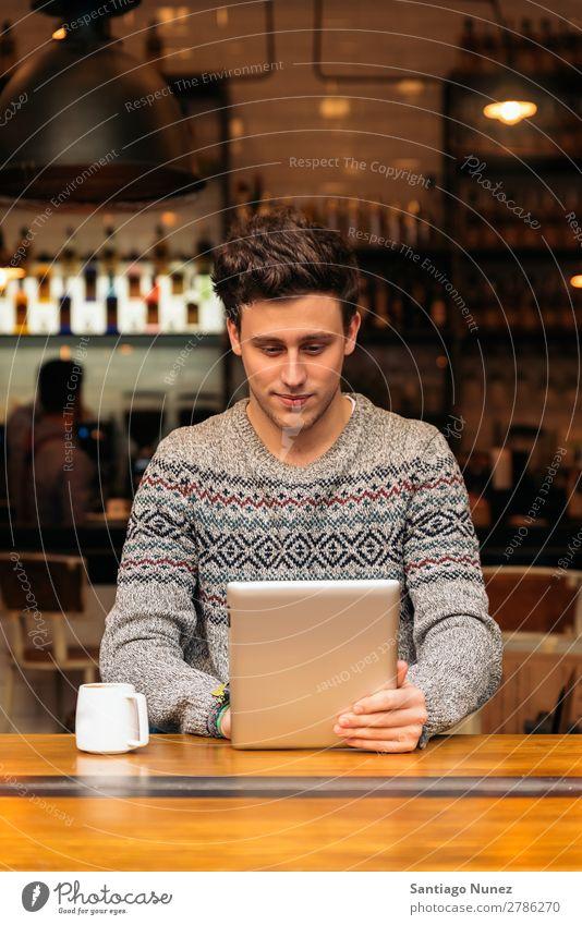 Geschäftsmann mit seinem Laptop im Coffee Shop. Mann Kaffee Freundlichkeit Jugendliche Porträt Mensch Lifestyle Business Mitteilung PDA Handy Mobile benutzend