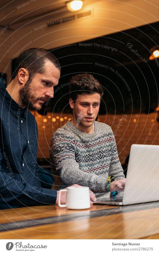 Freunde, die Handy und Laptop benutzen Mann Kaffee Freundschaft Jugendliche Teamwork Menschengruppe Lifestyle PDA Mobile Mitteilung benutzend Text Computer