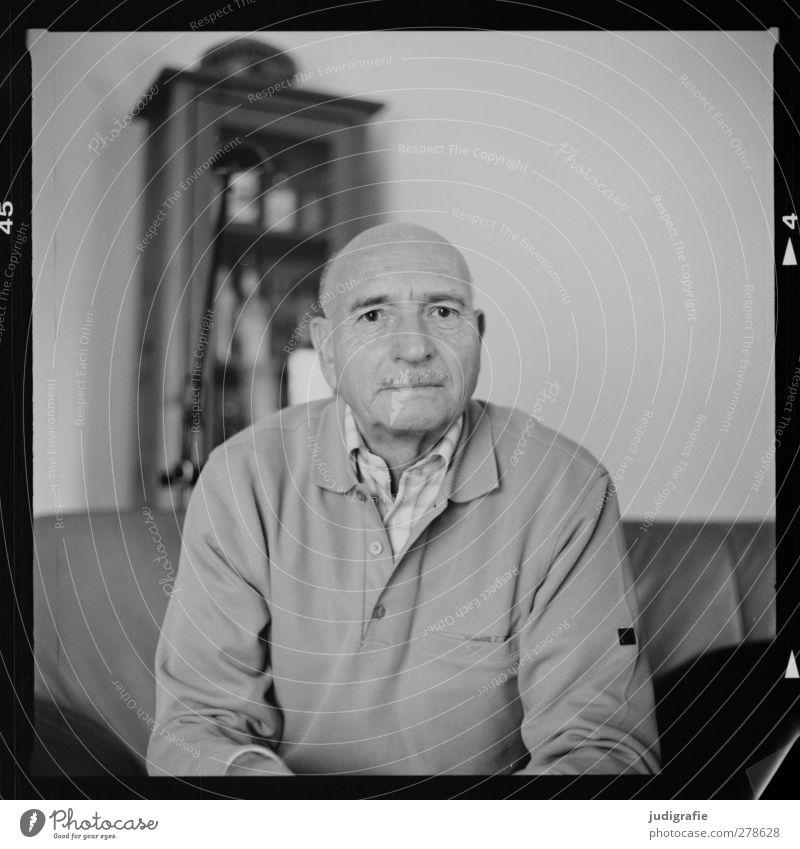 Neunundsiebzig Mensch maskulin Mann Erwachsene Männlicher Senior 1 60 und älter sitzen Freundlichkeit Leben Schwarzweißfoto Innenaufnahme Porträt Vorderansicht
