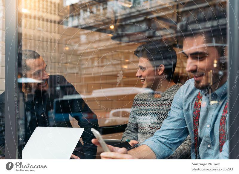 Freunde trinken Kaffee und plaudern. Mann Freundschaft Jugendliche Teamwork Menschengruppe Lifestyle PDA Handy Mobile Mitteilung benutzend Text Computer