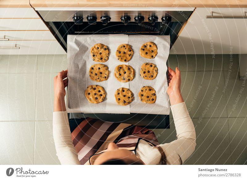 Schöne Frau, die Kekse und Muffins zubereitet. backen Herd & Backofen Biskuit Plätzchen Koch Küchenchef Dekoration & Verzierung lecker gebastelt heimwärts