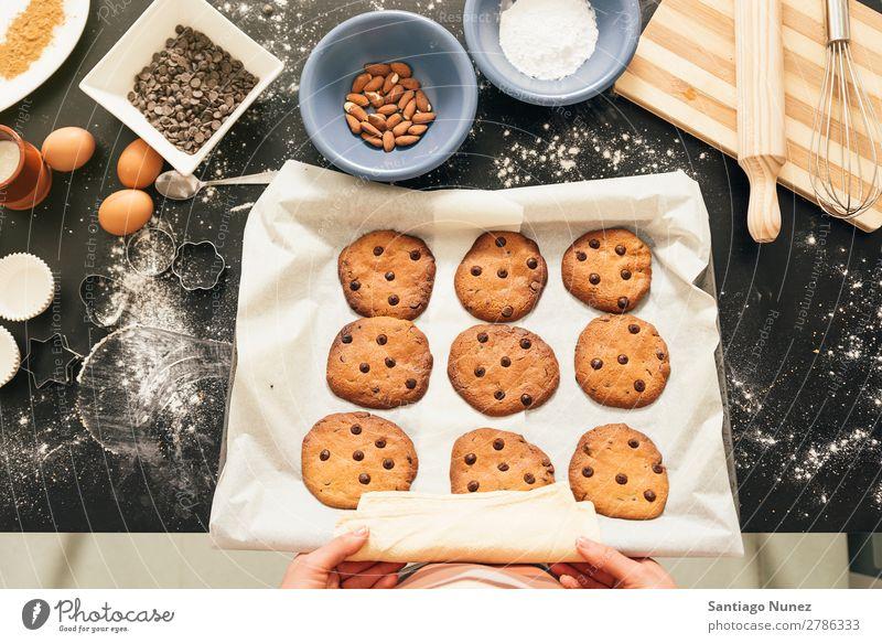 Schöne Frau, die Kekse und Muffins zubereitet. backen Biskuit Plätzchen Koch Küchenchef Dekoration & Verzierung lecker gebastelt heimwärts Essen zubereiten Ei