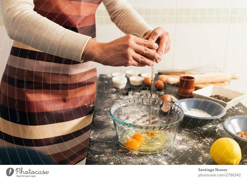 Schöne Frau bereitet Kekse und Muffins zu. backen Biskuit Plätzchen Koch Küchenchef Dekoration & Verzierung lecker gebastelt heimwärts Essen zubereiten Ei