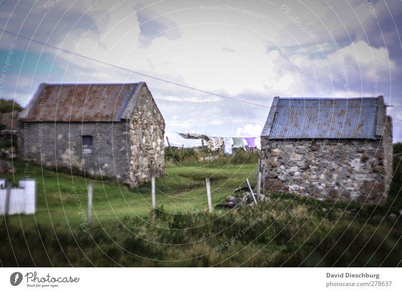 Berghütten Ferien & Urlaub & Reisen Himmel Wolken Gras Dorf Haus Gebäude blau braun grau Nordirland Wäsche trocknen Zaun alt rustikal Wiese Reisefotografie