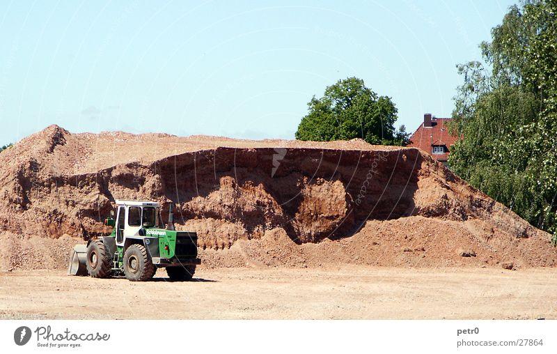 Noch viel zu tun... rot grün Bagger Radlader Sonne Baustelle Arbeit & Erwerbstätigkeit Platz Strukturen & Formen Licht Industrie Sand Stranddüne