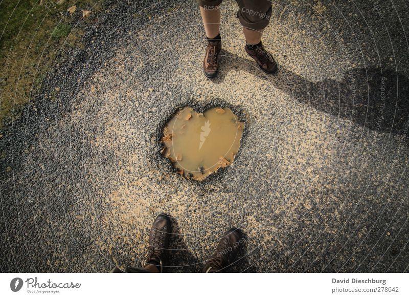 Streetlove Leben Beine 2 Mensch Wasser Zeichen Herz braun grau Wanderschuhe Wege & Pfade Teer Pfütze herzförmig Liebeserklärung Liebesbeziehung stehen Loch