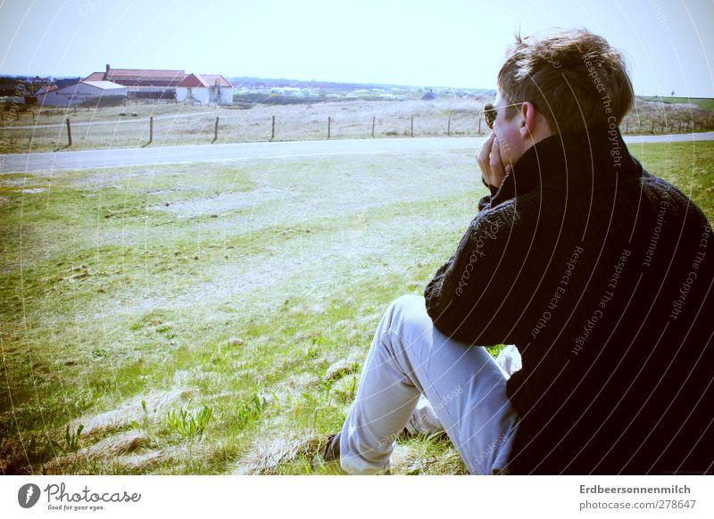Jauchzendesehnsucht maskulin Natur Landschaft hocken Blick träumen Traurigkeit authentisch Zufriedenheit Frühlingsgefühle Vertrauen Sicherheit Liebe