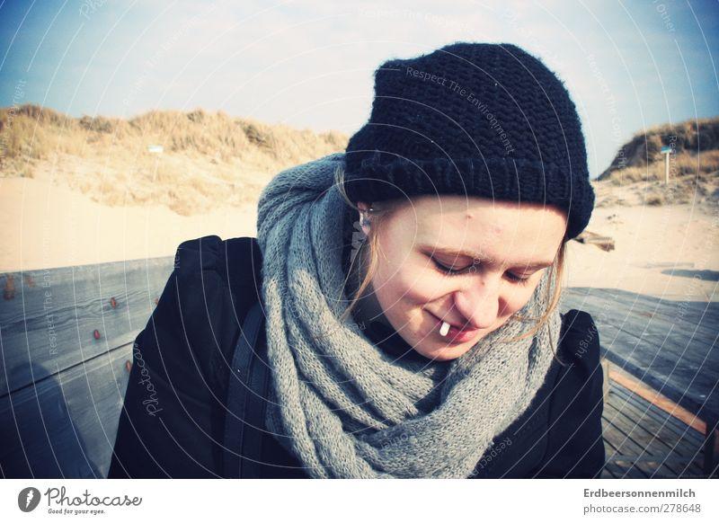 Eine Zigarette. gedrehte.für die gesundheit. Natur Jugendliche Sonne Freude Umwelt feminin Leben Junge Frau Küste lachen Glück träumen Zufriedenheit frei