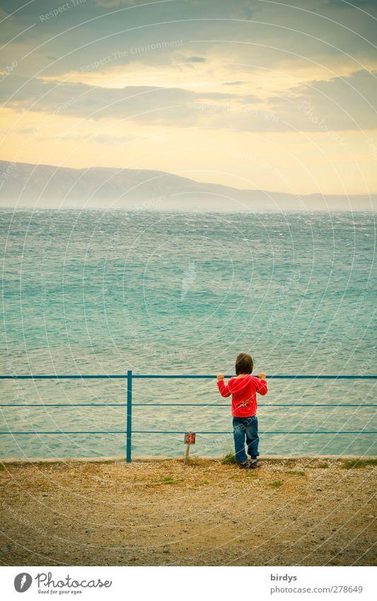 Faszination Bora Ferne Sommerurlaub Meer Insel Kind 1 Mensch 3-8 Jahre Kindheit Wolken Wind Sturm Küste Adria festhalten Blick Originalität blau gelb rot