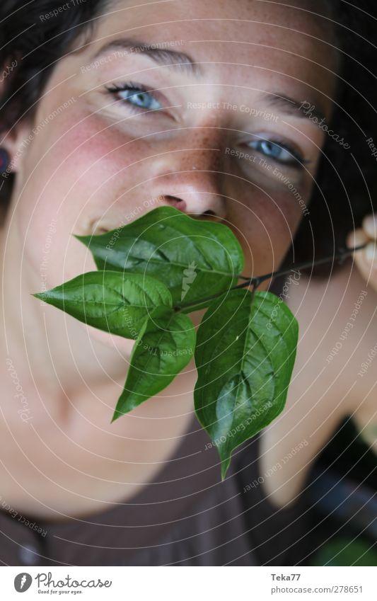 Natu(ü)rlich Mensch Frau Natur Jugendliche grün Pflanze Freude Blatt schwarz Erwachsene gelb feminin Wärme Junge Frau Glück Gesundheit