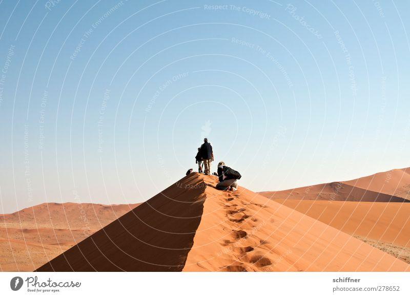 Der schmale Grat Mensch 3 4 Umwelt Natur Landschaft Wüste stehen Bergkamm Düne Stranddüne Sand rot Gipfel Ferne aufsteigen Aussicht Sossusvlei Namib Namibia