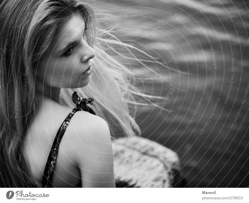 Träumen Freiheit feminin Frau Erwachsene Körper 1 Mensch 18-30 Jahre Jugendliche Natur Wasser Kleid blond langhaarig träumen Ferne frei Gefühle Einsamkeit rein