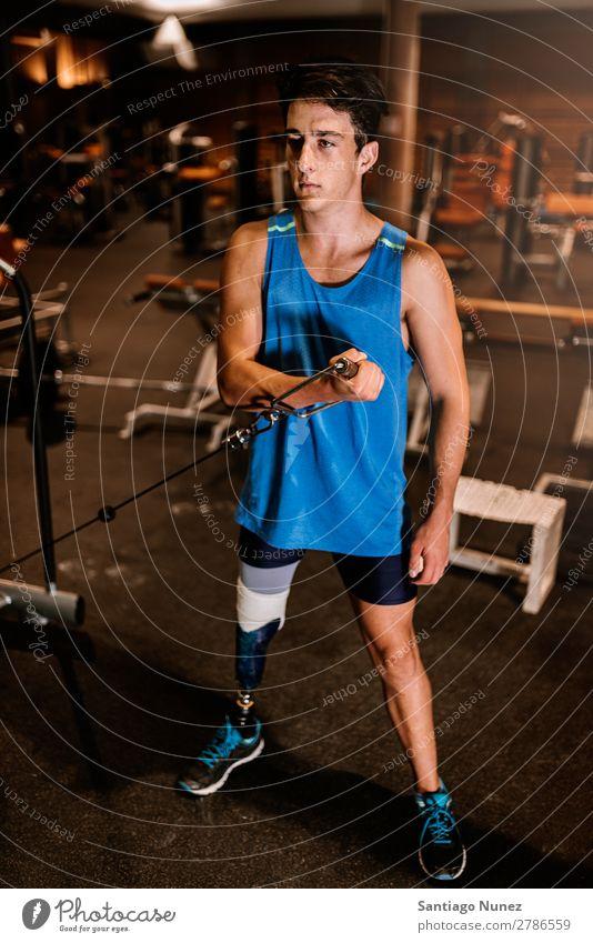 Behinderter junger Mann beim Training in der Turnhalle. Jugendliche Athlet Sport prothetisch Porträt deaktiviert üben Fitness Sporthalle Aktion Beine Seilrolle