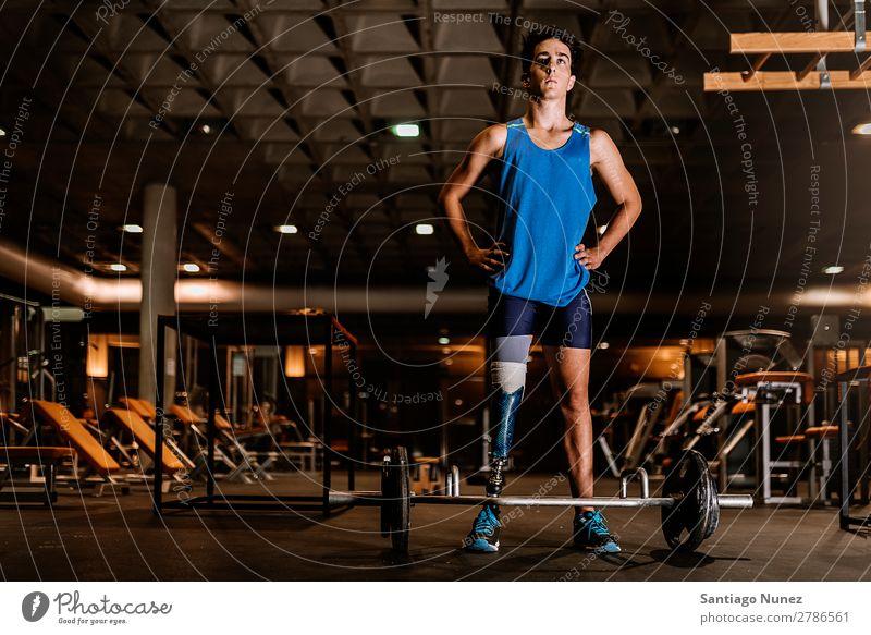 Behinderter junger Mann beim Training in der Turnhalle. Jugendliche Athlet Sport prothetisch deaktiviert Fitness Aktion Beine amputieren Amputation Prothesen