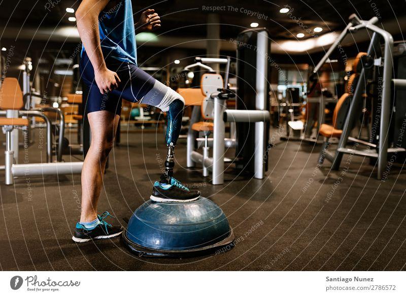 Behinderter junger Mann beim Training in der Turnhalle Jugendliche Athlet Sport prothetisch Porträt deaktiviert paralympisch üben Fitness Sporthalle Aktion