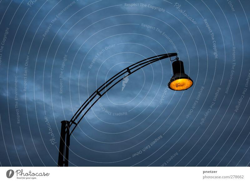 Licht im Dunkeln Energiewirtschaft Industrie Stadt leuchten dunkel hell Gefühle Lampe Beleuchtung erhellend Farbfoto Außenaufnahme Menschenleer