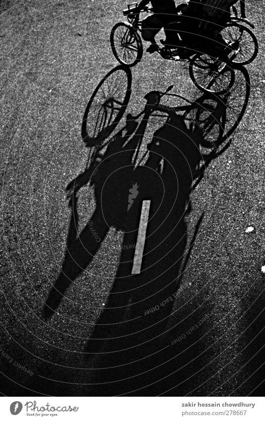 Schatten Lifestyle Arbeit & Erwerbstätigkeit Arbeitsplatz Straße Fahrrad Selbstständigkeit Leben Schwarzweißfoto abstrakt Abend Starke Tiefenschärfe