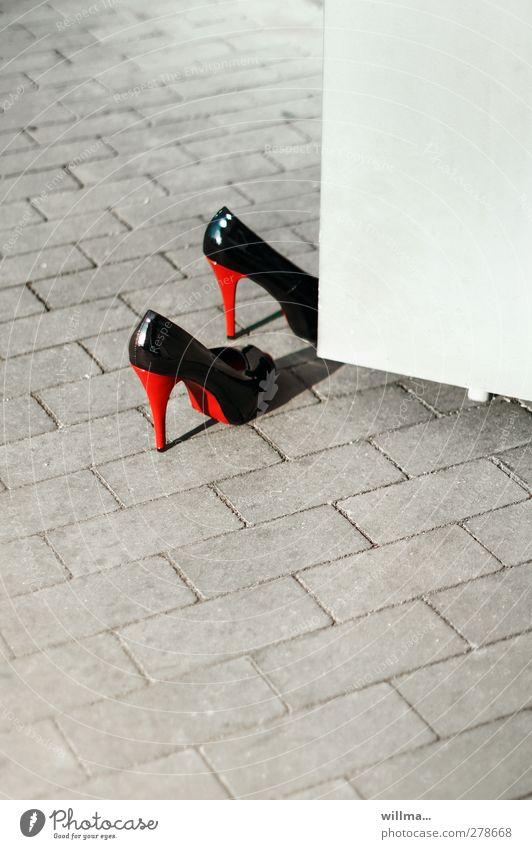 High Heels an offener Tür - Existenzgründung? Absatzschuhe Stöckelschuhe elegant ausgehen Schuhe Damenschuhe rot schwarz Schuhabsatz Eingang Selbstständigkeit