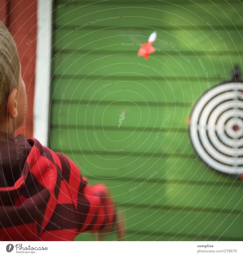 Flugphase Kind Ferien & Urlaub & Reisen Sommer Gesicht Spielen Junge Körper Kindheit Freizeit & Hobby Erfolg Pfeile Sportveranstaltung werfen Treffer Genauigkeit Präzision