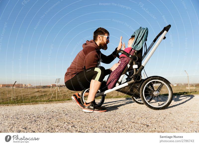 Vater und Sohn beim Spaziergang im Park Kinderwagen Joggen rennen Buggy Familie Baby Bildung Lächeln spielen jung außerhalb schön trainiert. Natur Herbst
