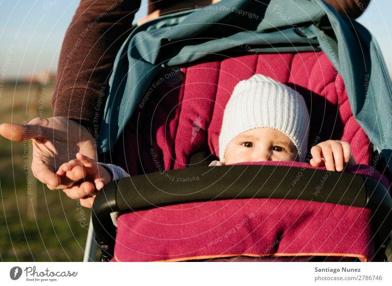 Kleinkind im sitzenden Kinderwagen. Baby Wagen Natur Sommer Vater Eltern Winter Tag Sonnenstrahlen klein Jugendliche Mädchen Park Freude Lächeln Kindheit Glück