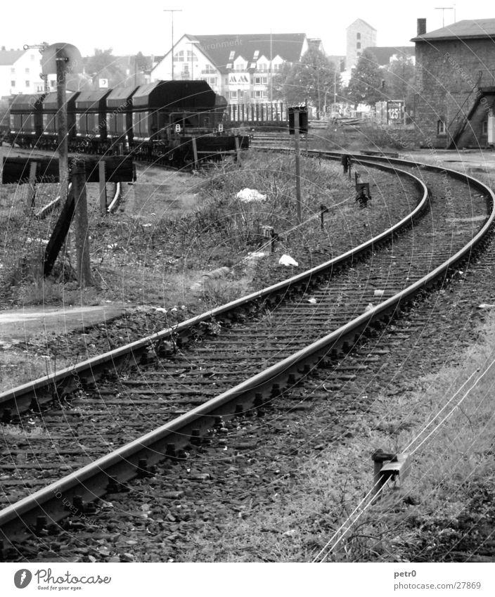 Abstellgleis Gleise Eisenbahnwaggon Bauschutt trist Verkehr Prellbock Bahnhof Kabel Schwellen Industriefotografie