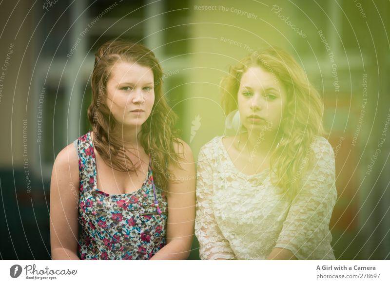 it's so good to be together Mensch feminin Junge Frau Jugendliche Haare & Frisuren 2 13-18 Jahre Kind Blick träumen Zufriedenheit Sympathie Freundschaft