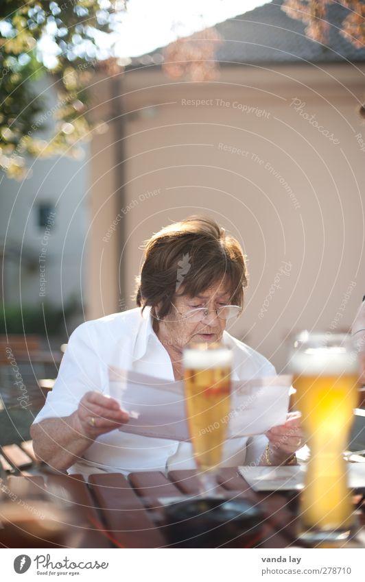 Schweinshaxe ist aus Mensch Frau Sommer Senior Denken Glas Ernährung Getränk lesen 60 und älter Bier München Weiblicher Senior Großmutter Restaurant Abendessen