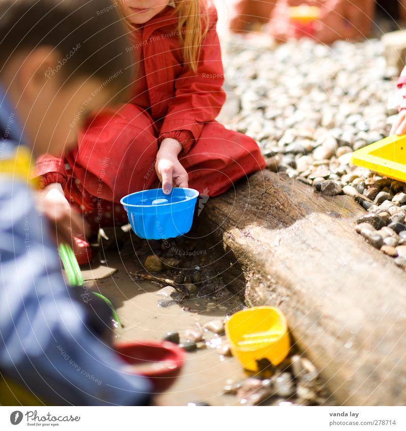Gugelhupf Mensch Kind Mädchen feminin Spielen Junge Freundschaft Kindheit maskulin Kochen & Garen & Backen Pfütze Spielplatz Schlamm Bruder Kinderspiel