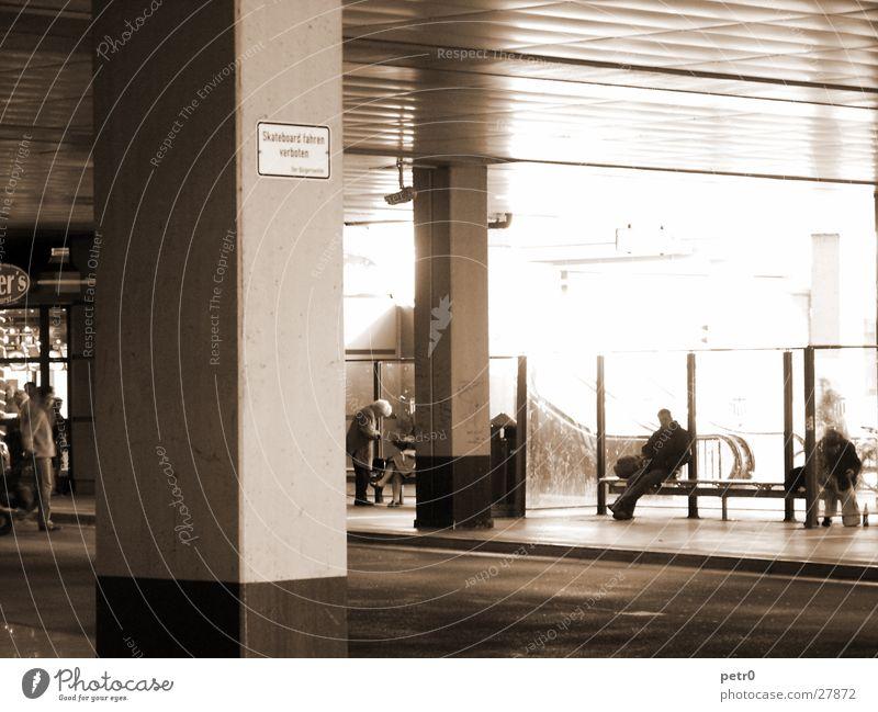 Busbahnhof Mensch Architektur Schilder & Markierungen Beton trist Asphalt Station Säule Rolltreppe