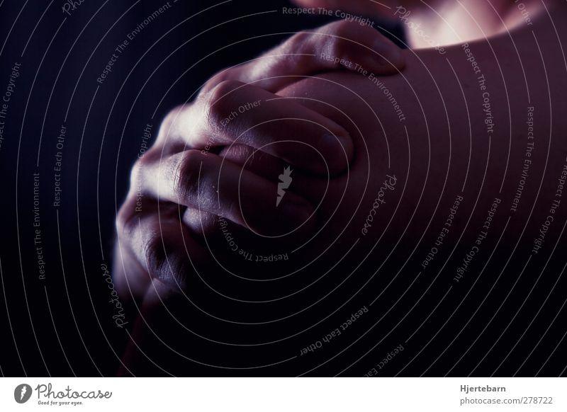 Intense Mensch maskulin Haut Rücken Hand Finger 1 18-30 Jahre Jugendliche Erwachsene außergewöhnlich bedrohlich dunkel kalt Gefühle Stimmung Lust Schmerz Angst