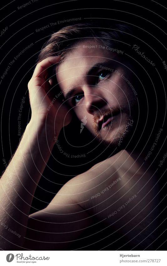 Intense I Mensch maskulin Junger Mann Jugendliche 1 18-30 Jahre Erwachsene Denken Blick dunkel Sehnsucht Farbfoto Studioaufnahme Hintergrund neutral