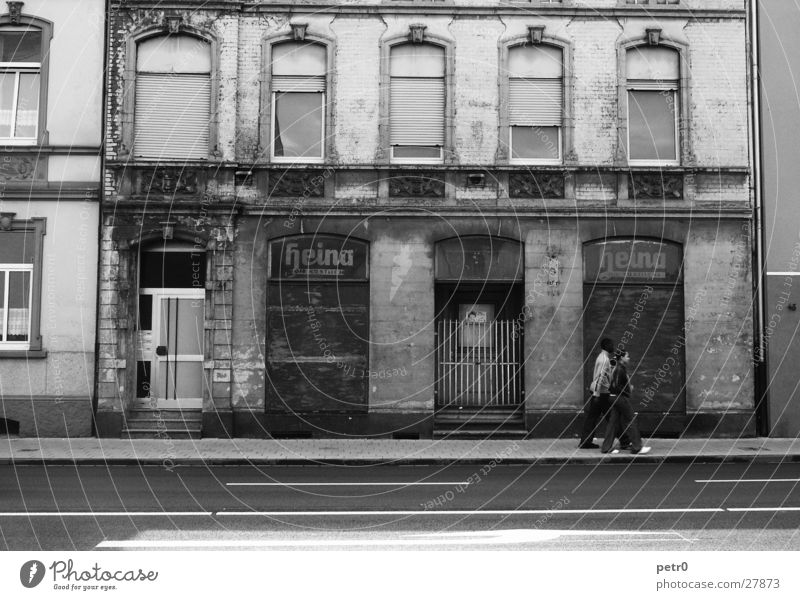 heina die köstliche Mensch alt Stadt Straße dreckig Architektur geschlossen verfallen Bürgersteig unterwegs
