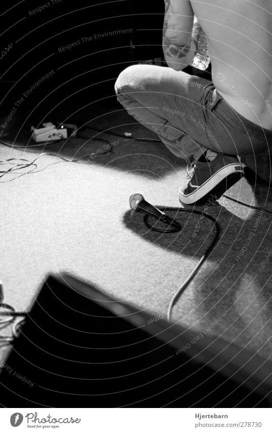 Atempause Mensch maskulin Junger Mann Jugendliche Rücken Tattoo 1 18-30 Jahre Erwachsene Musik Konzert Bühne Sänger Mikrofon Rockmusik atmen hören Musik hören