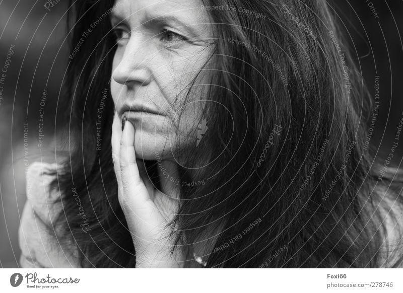 Ängste feminin Frau Erwachsene Kopf Haare & Frisuren Gesicht Hand 1 Mensch 45-60 Jahre Schmuck brünett authentisch schwarz weiß Verschwiegenheit Liebe Sehnsucht