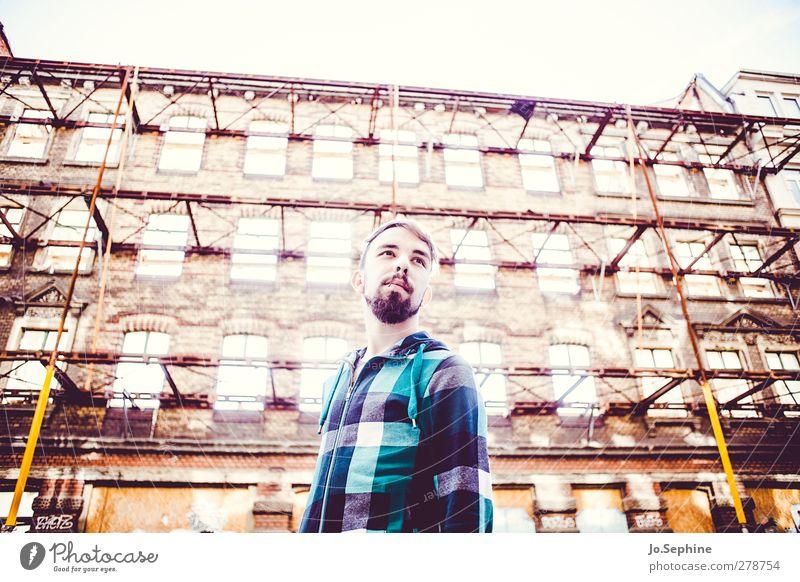 waitin' for a superman Mensch Jugendliche Stadt Erwachsene gelb Wand Gefühle Architektur Mauer Junger Mann träumen 18-30 Jahre Fassade maskulin Zukunft leuchten